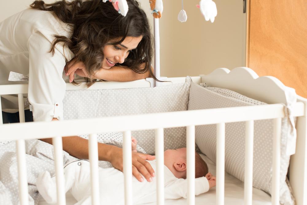 baby schläft alleine im bett