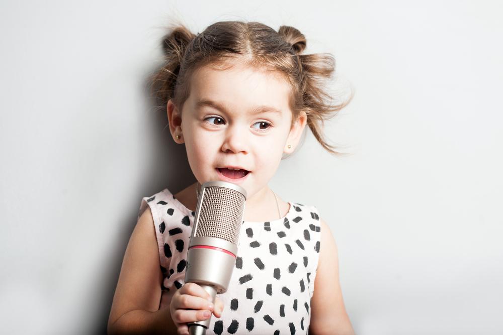 kleines mädchen singt